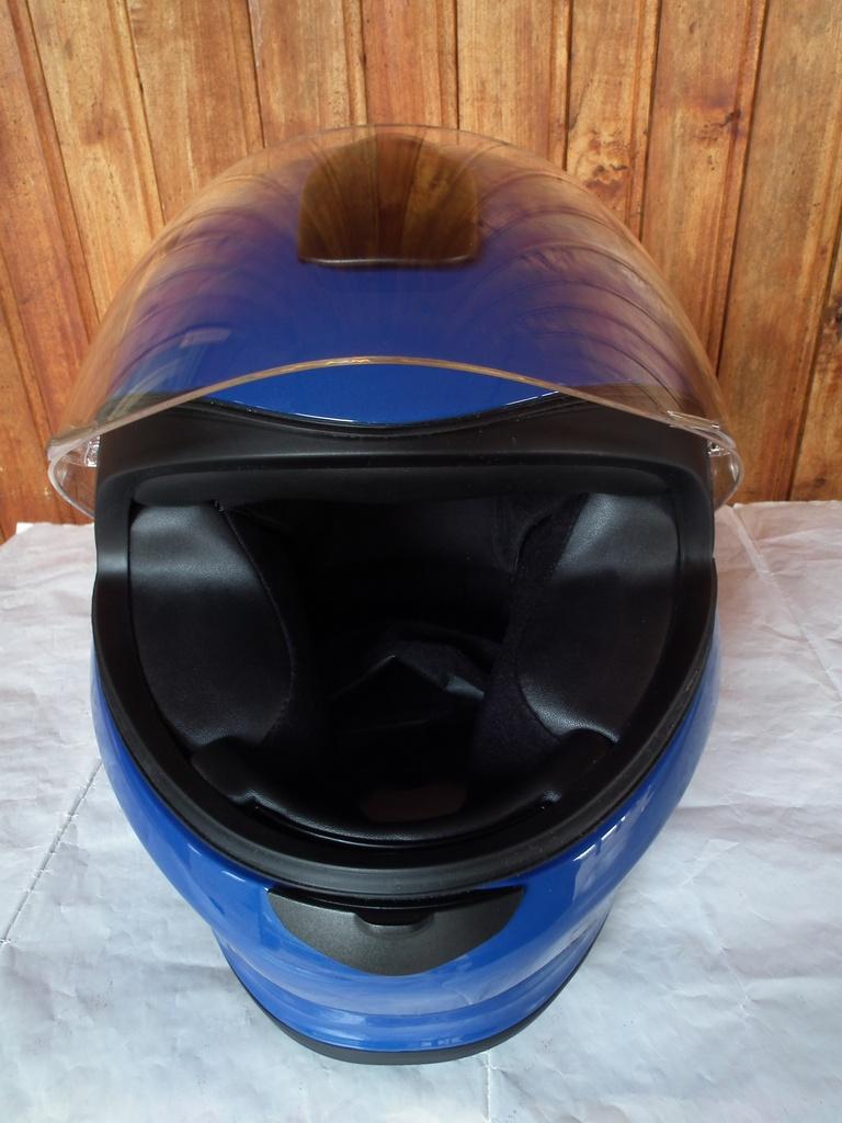 BMW детски шлем каска за мотор пистов.