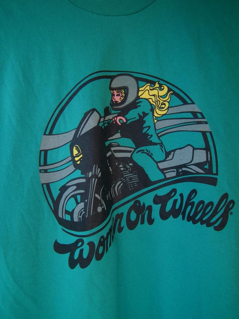 Зелена мото тениска със щампа жена на мотор или мотоциклет.